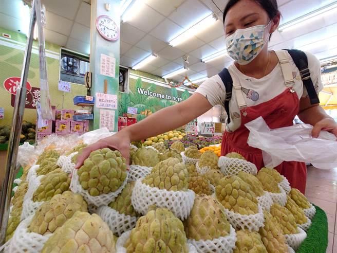 中國海關以檢驗出蟲害為由禁止台灣釋迦、蓮霧輸中,農委會宣布撥款10億補助。圖為民眾在坊間水果行選購大目釋迦。(黃世麒攝)