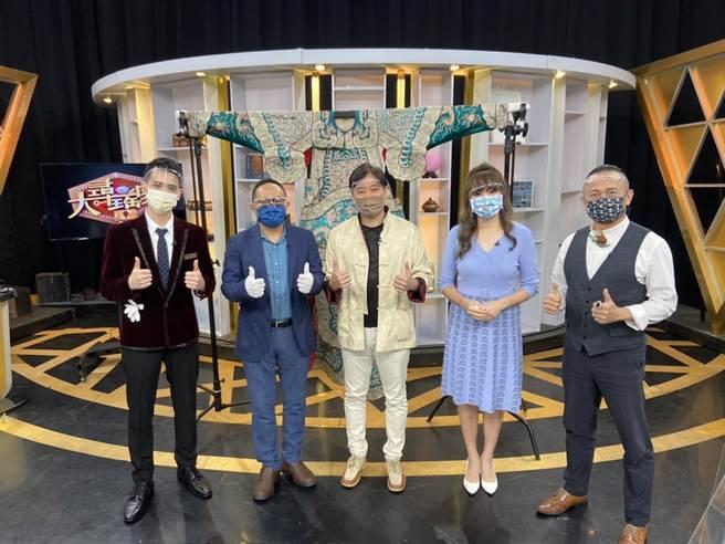 《大尋寶家》邀請到瓊瑤戲劇小生李志希(中間黃衣)上節目。(JET綜合台提供)
