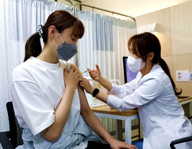 韓國一名女子混打AZ及輝瑞/BNT疫苗後出現心肌炎,病情甚至惡化到要換心,女子已在加護病房治療約2個月,至今仍未出院。圖非當事人。(資料照/TPG、達志影像)