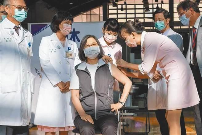 總統蔡英文8月23日上午率先接種高端疫苗。(圖/取自蔡英文臉書)