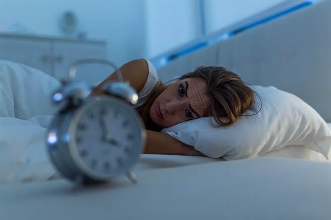 睡前吃東西不但無法幫助入睡,反而還可能讓你肚子不舒服。(示意圖/達志影像)