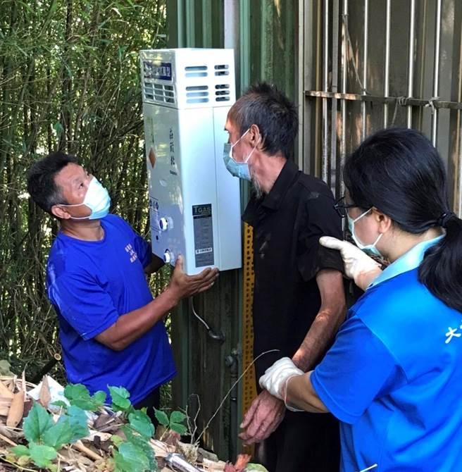 大千基金會與山城救援協會共同幫謝家安裝熱水器。(大千基金會提供/謝明俊苗栗傳真)
