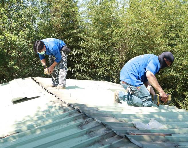 大千基金會與山城救援協會共同幫謝家修妥屋頂。(大千基金會提供/謝明俊苗栗傳真)
