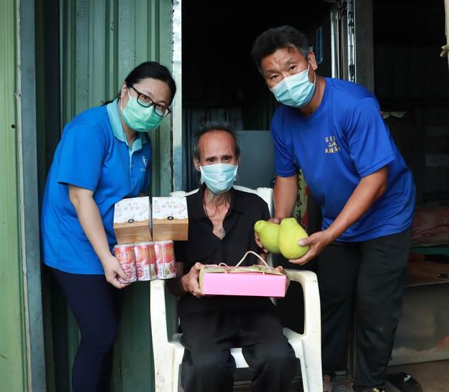 大千基金會並贈送柚子、月餅等秋節應景食品給謝某。(大千基金會提供/謝明俊苗栗傳真)