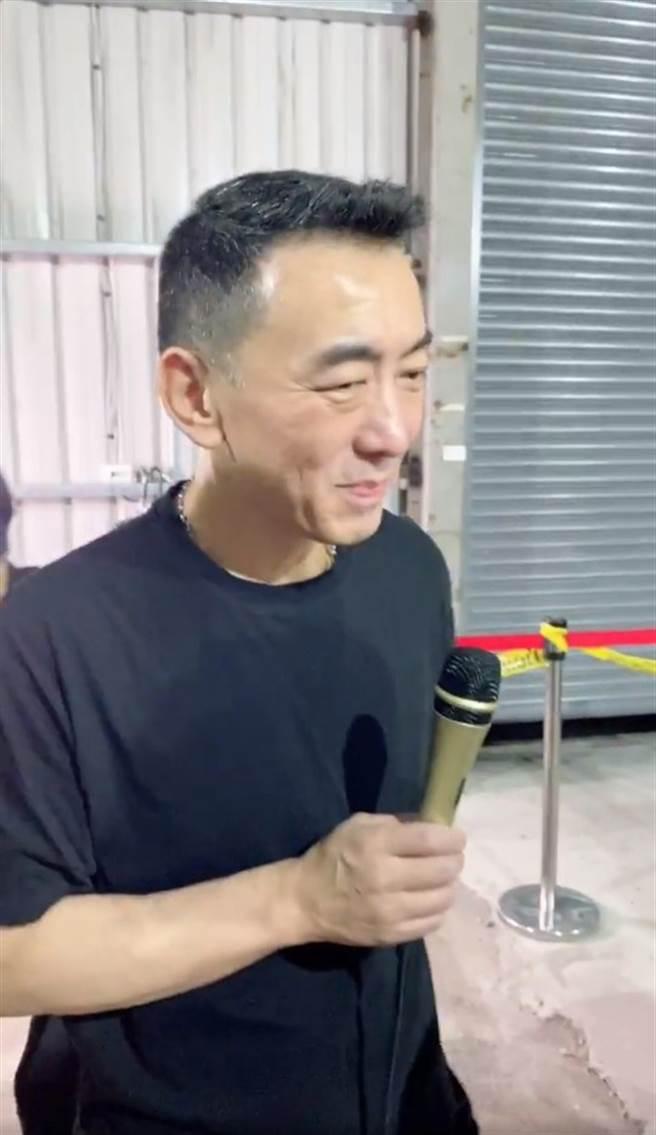 一旁的徐亨似乎在苦笑。(圖/FB@蘭庭精品)