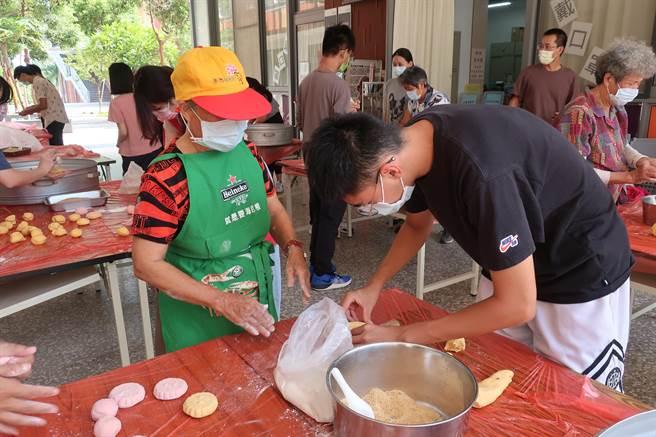 金門大學安排兩岸和外籍同學在社區媽媽的指導下,DIY學作傳統美食紅龜粿。共度一個很有氣氛的中秋節。(金大提供)