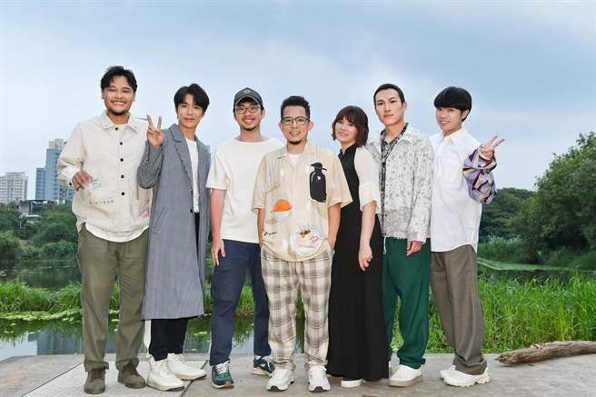 魚丁糸〈Sorry 青春〉MV請來導演程偉豪(左三)執導。(環球音樂提供)