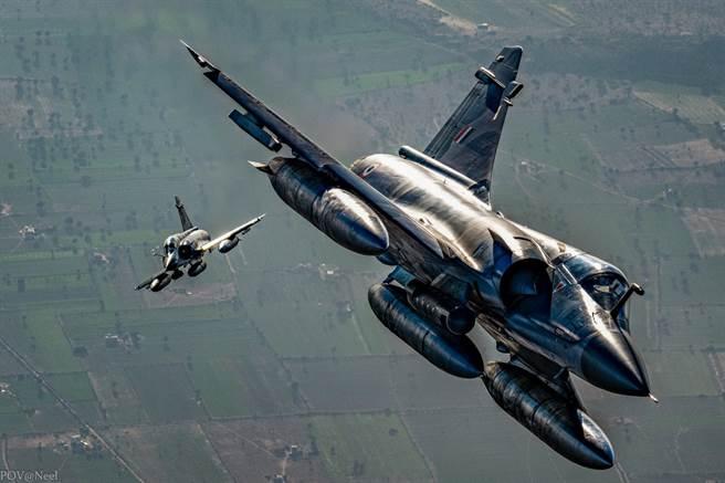 傳印度準備採購24架二手幻象2000,遭專家質疑不僅過時,更不利於國防自主。圖為印軍幻象2000。(圖/印度空軍臉書)