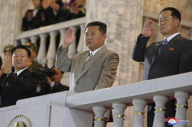 北韓建政73週年,在9月9日於平壤金日成廣場舉行約一小時閱兵式,金正恩現身出席。(圖/美聯社)
