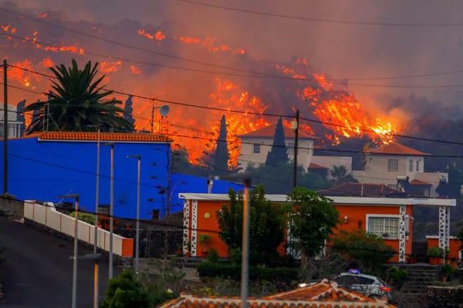 西班牙拉帕爾馬島火山爆發,熔岩蔓向山林。(圖/路透社)