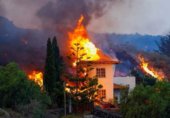火山爆發點燃了島上的房屋,受損房屋100多棟。(圖/路透社)