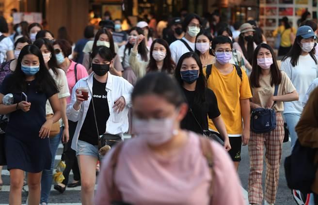 目前台灣已有三大Delta群聚案,醫師透露Delta變異株5大最危險傳染捷徑,可1傳8。(圖/劉宗龍攝)