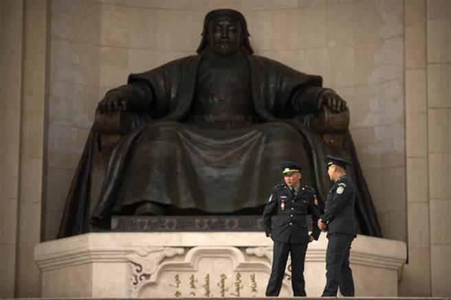 蒙古首都烏蘭巴托的成吉思汗雕像。(圖/美聯社)