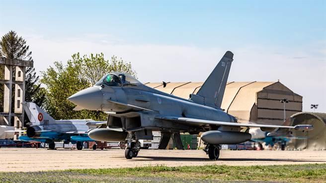英國坦承,將提前退役的颱風戰機,平均機體壽命仍有接近60%。圖為英軍颱風。(圖/英國皇家空軍推特)