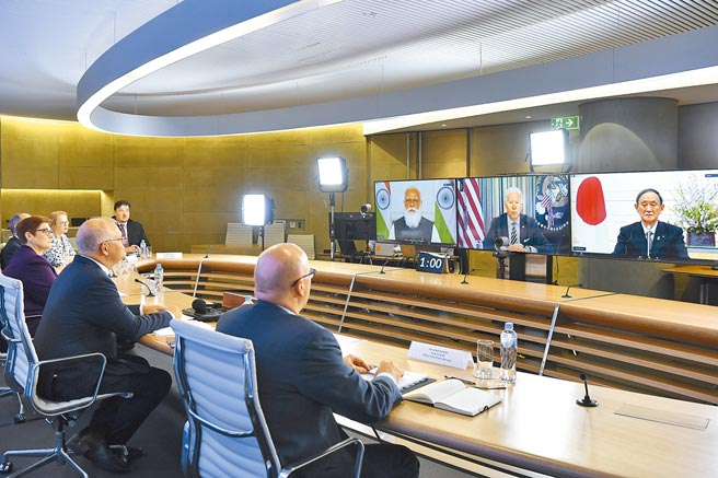 澳洲總理莫里森(左三)與印度總理莫迪(螢幕左起)、美國總統拜登和日本首相菅義偉今年3月間召開「四方安全對話」(Quad)視訊會議。4位領袖將於24日在華府舉行首次面對面實體峰會。(美聯社)