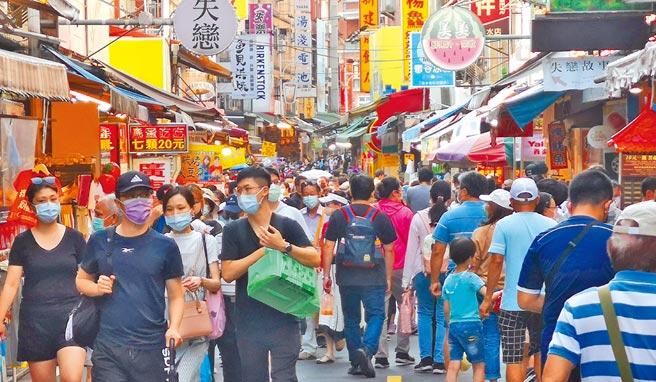中秋連假第2天,新北市淡水老街19日出現許久未見的出遊人潮。(陳君瑋攝)