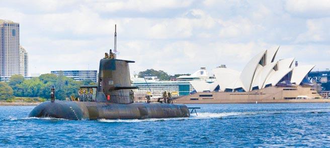 澳洲皇家海軍傳統動力潛艦西恩號(SSG-77)從雪梨歌劇院前經過。為了抗衡中國,澳洲將與英國和美國合作建造核子動力潛艦。(摘自澳洲皇家海軍官網)