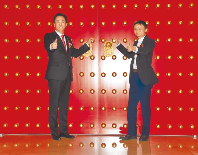 路透報導,中國金融機構正為恒大集團可能倒閉做準備。圖為2015年11月恒大集團主席許家印(左)和阿里巴巴創始人馬雲合影。(新華社)