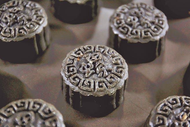 大陸廣西柳州市一家烘焙企業推出暗黑色的螺螄粉月餅,一時成為網紅月餅。(中新社)