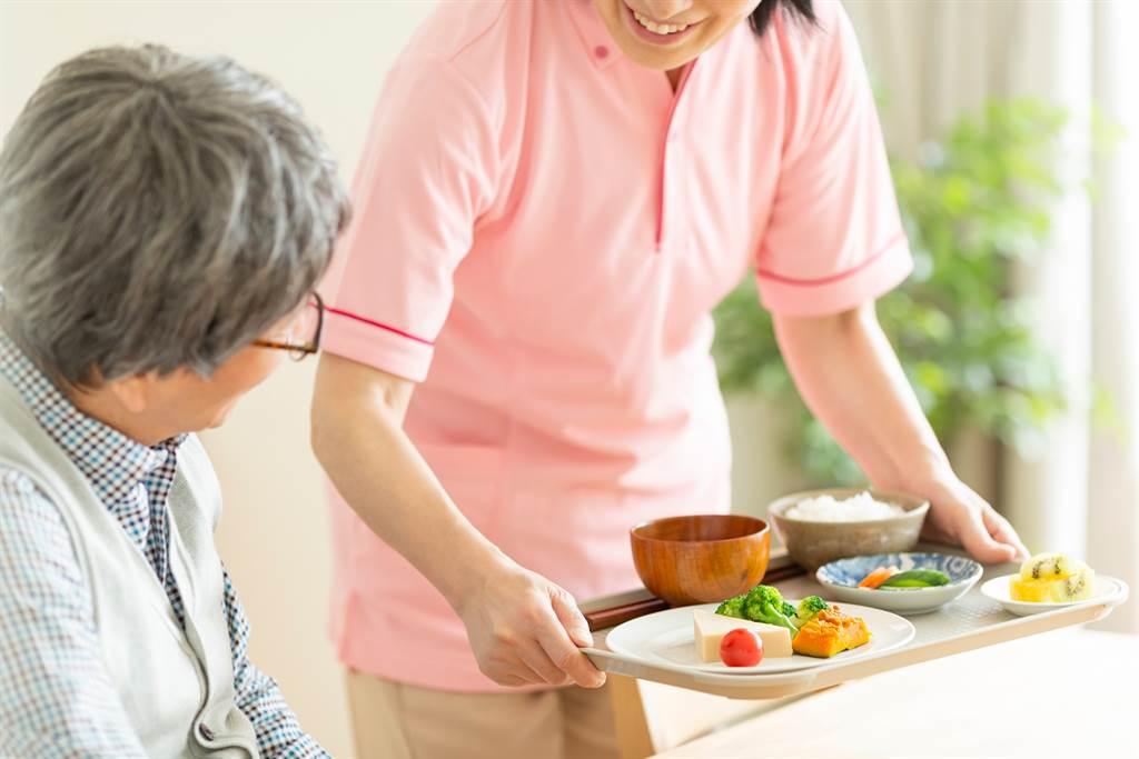 日本一對老夫妻花3000萬日幣住進高級長照中心,沒想到1年後就因為經營者換人,原先的服務全都被取消。(示意圖/達志影像)