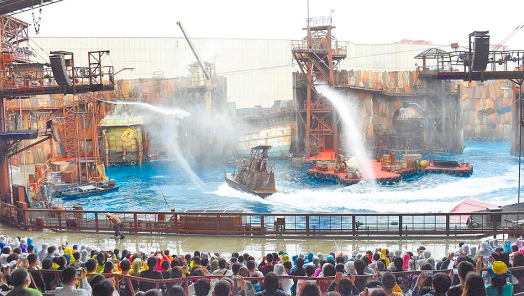 在中美關係的「逆風」下,北京環球影城於20日正式開園。圖為遊客欣賞未來水世界特技表演。(新華社)