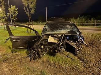 男狂飆自撞電桿 車頭撞散噴飛滿路慘死 車上孕婦幸運輕傷
