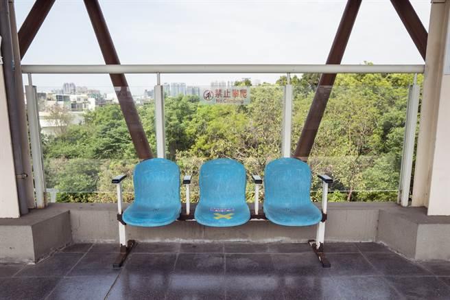 一名男大生表示,包包放在台鐵月台的藍色椅子上,沒想到卻沾到一坨白色的勾芡物體。(圖/示意圖,達志影像)
