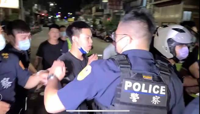兩派人馬因在超商買酒起衝突,三重分局獲報出動42名快打警力前往壓制,帶回21名滋事份子,依聚眾鬥毆、恐嚇及妨害自由罪嫌偵辦。(戴志揚翻攝/民眾提供)