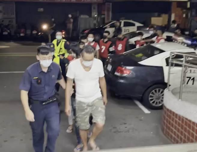三重烤肉爆街頭大亂鬥,超商買酒遭插隊引互毆21人遭逮。(戴志揚翻攝/民眾提供)