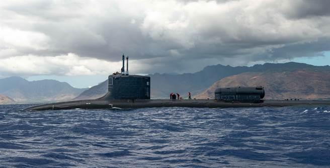 美國海軍維吉尼亞級核潛艦北卡羅來納號(USS North Carolina,SSN 777)2021年6月18日在夏威夷歐胡島外海執行軍事任務的畫面。(美國海軍)