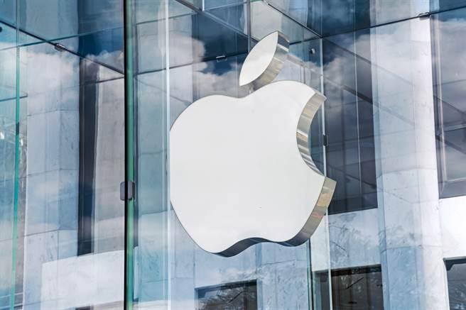 蘋果針對iPhone手機推出iOS 15系統。(圖/shutterstock)