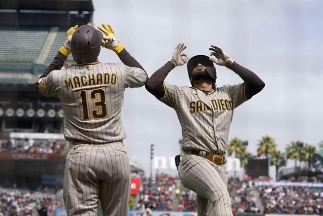 教士隊馬恰多(左)、小塔提斯慶祝全壘打。(美聯社資料照)
