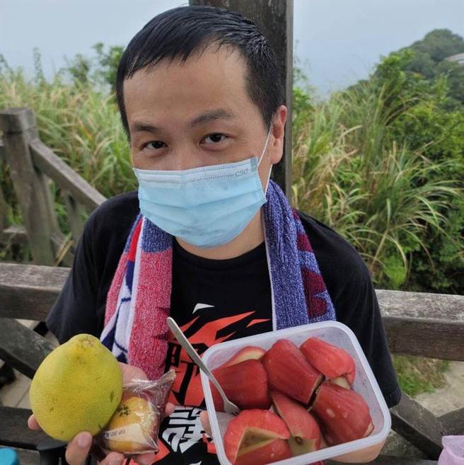 羅智強今早分享登頂後吃蓮霧餐照片。(圖片摘自羅智強臉書)