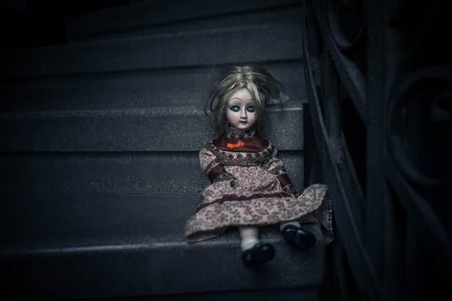 英國一名男子近日買了一棟新房,鑿牆後意外發現裡面竟藏有一隻洋娃娃。(示意圖/達志影像)