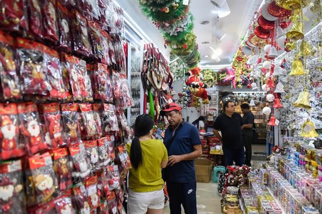 每年從3月起,義烏的聖誕用品廠商就忙著接收全球各地訂單,一直持續到9月底、10月初。(新華社)