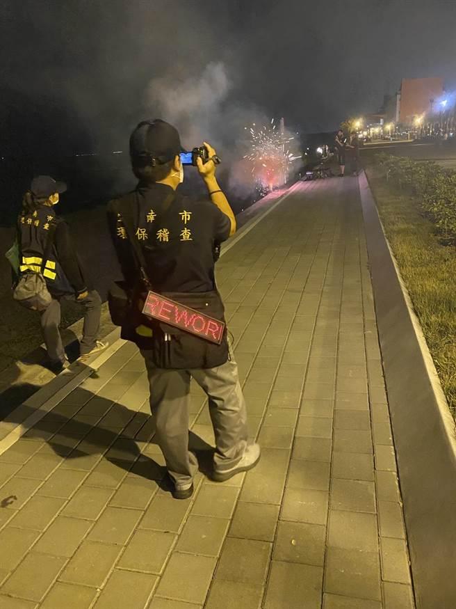 台南市今年中秋節抓好嚴,隨時有稽查員監控是否逾時放煙火。(台南市環保局提供/程炳璋台南傳真)