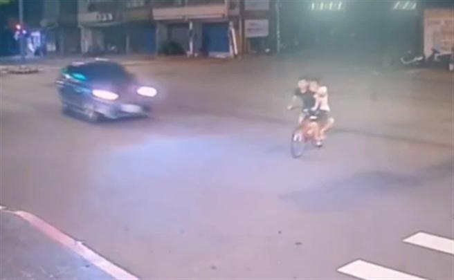 蘆竹區2名年輕男子騎著1輛自行車,在路口闖紅燈時遭轎車當場撞飛,2名男子年僅19歲與23歲,送醫後均不治身亡。(警方提供)