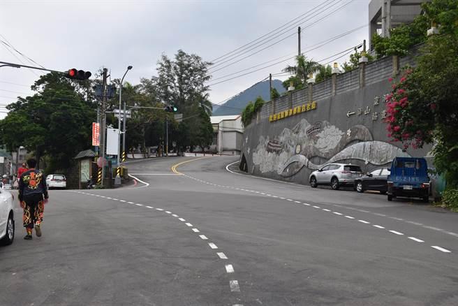 仙山靈洞宮舊山門是位在獅潭鄉公所與獅潭國小之間的苗124線上。(謝明俊攝)
