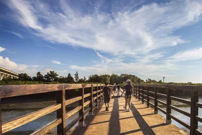 新竹縣新豐鄉紅毛港遊憩區的紅樹林,縣府另行發包完成拱橋護欄等設施,維護民眾通行安全。(羅浚濱攝)