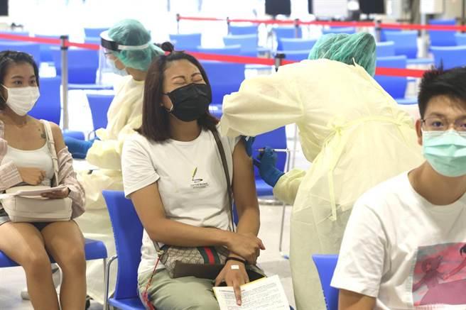 有民眾上網發文抱怨,自己22歲未滿23歲卻不符預約資格,中央流行疫情指揮中心指揮官陳時中表示,想要打的人都打得到。(陳君瑋攝)