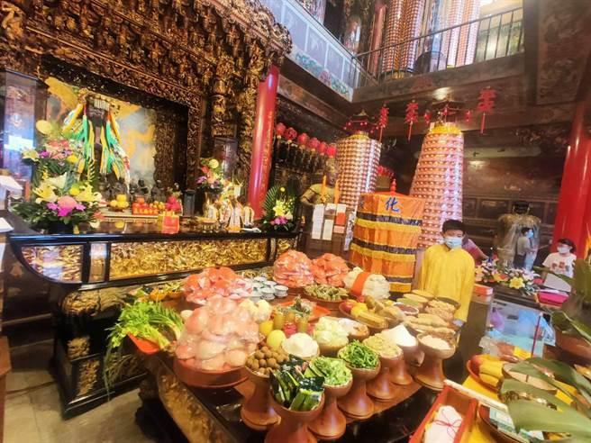 台南市善化慶安宮21日上午遵循古禮舉辦秋祭大典,以青蔥、芹菜、薑、蒜及五穀祭品祭拜六文昌帝君。(讀者提供/劉秀芬台南傳真)