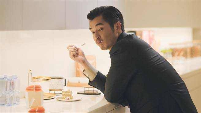 金世佳飾演霸道總裁,劇中吃蛋糕模樣呈現反差萌。(中天娛樂台提供)