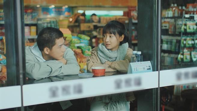 王安宇(左)飾演學弟,劇中渴望與卜冠今談姊弟戀。(中天娛樂台提供)
