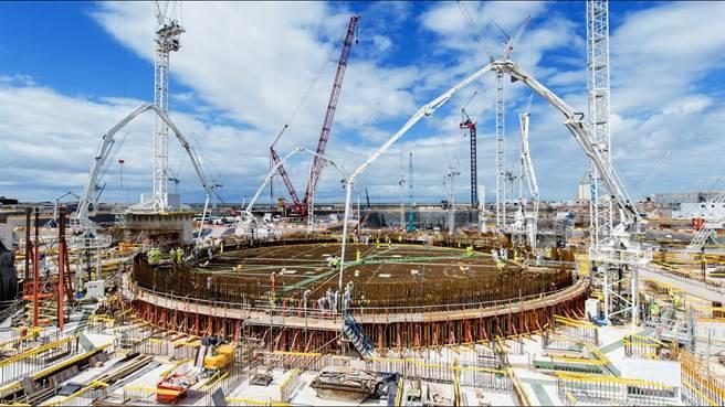 英國欣克利角C核電廠,這種大型、大功率核電廠可能在未來會減少,改用量產型的小型模組化反應爐更為盛行。(圖/BBC)