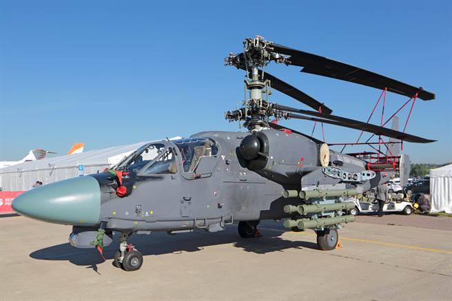 俄製卡(Ka)-52K「黑鯊」(Black Shark)攻擊直升機是卡-52「短吻鱷」(Alligator)攻擊直升機的艦載版,有可折疊旋翼,能節省艦上空間。(達志影像/Shutterstock)