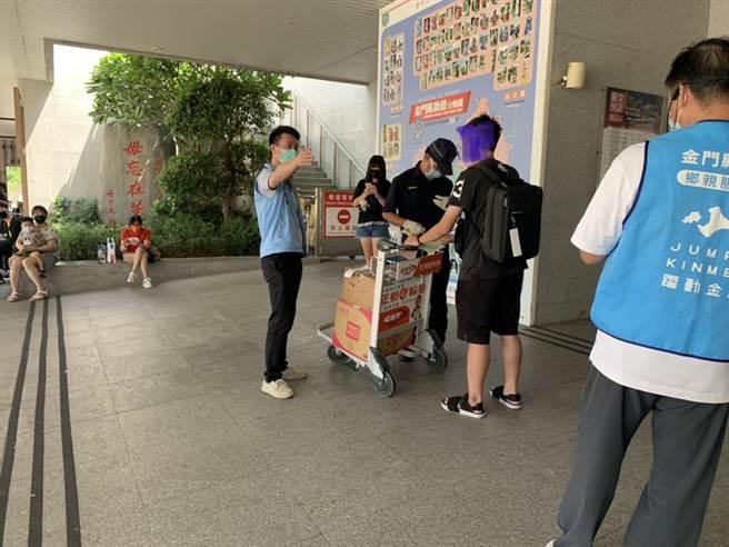 1名金大生拒絕機場入境快篩,縣府工作人員和警方勸導配合防疫之一。(民眾提供)