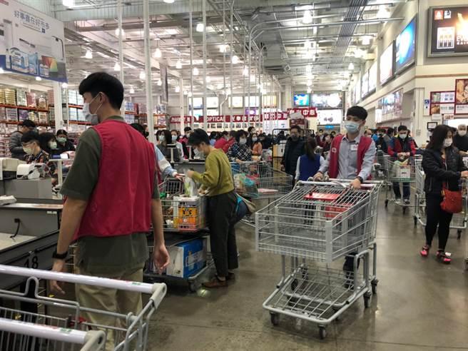 美式連鎖賣場好市多(Costco)受到許多消費者喜愛,就算要繳交會員年費也不減熱度。(報系資料照)