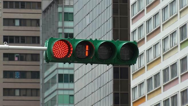一名男子開車行經閃黃燈路口未減速,不小心撞死一名路人。(示意圖/Shutterstock)