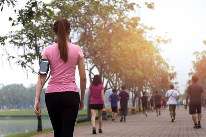 美研究發現,相較於每日走1萬步,7000對降低死亡率更有幫助。事實上,若想利用行走強化肌力,可嘗試負重行走。(達志影像/Shutterstock)