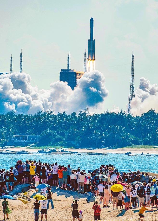 搭載天舟三號貨運飛船的長征七號遙四運載火箭,20日15時10分在大陸文昌航天發射場發射,吸引民眾圍觀。(中新社)
